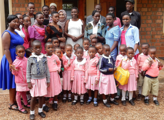 Groupphoto of teachers and children